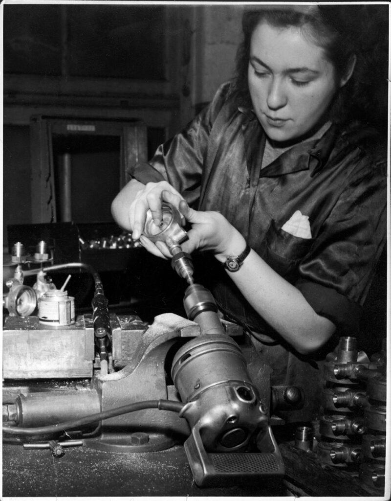 Kvinna i fabrik