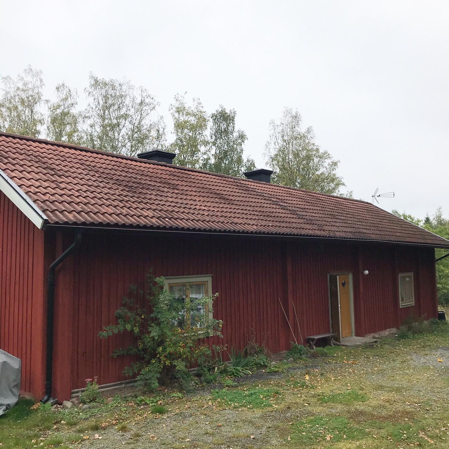 Bild på parstuga i Näsby. Rödmålad med tegeltak.