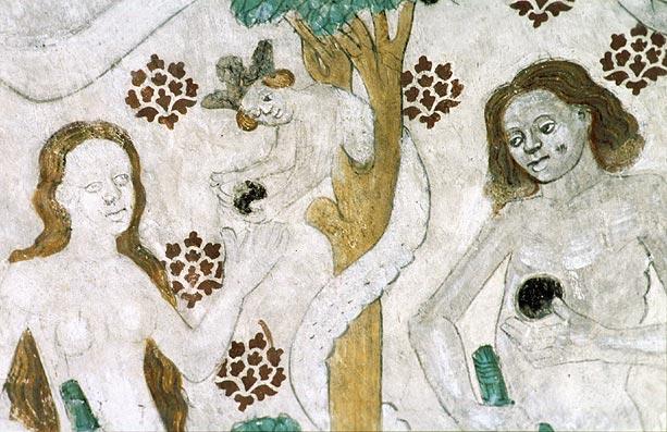 två kvinnor på en kyrkvägg
