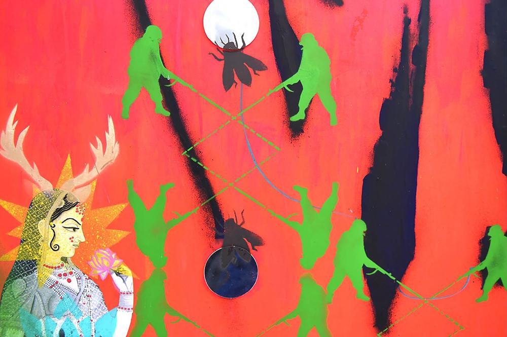 Konstverk i rött, grönt och svart. En indisk kvinna sitter i vänster hörn.
